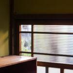 「ねこくつだな」をのぼった先は透明なガラスになっているので、外のお庭や鳥を眺めたり、帰ってきたらお迎えにきてもらえます。(玄関)