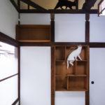 「ねこだな」をのぼりおりして、梁の上にいけます。※猫は付いていません(内装)