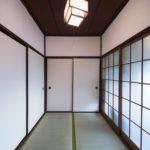 3畳間の和室です。正面には大きな押入があります。右手が玄関、左手が6畳間です。(内装)