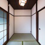 3畳間の和室です。左奥の戸を開けるとキッチンがあります。(内装)