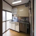 業務用冷蔵庫が備え付けであります。ガスコンロ設置可能。(キッチン)