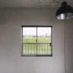 土間側の窓からの印象的な風景