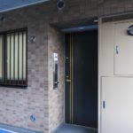 玄関。廊下に面して洋室1と2の窓が2つあります。
