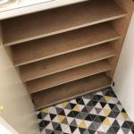 床が特徴的な玄関と靴棚
