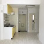 10畳のLDK。黄色のキッチンが特徴的です