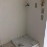 洗濯機置き場は、キッチンの向かい、室内にあります