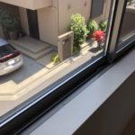 腰窓からの眺め。窓台は猫さんがいられるような幅があります。