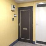 廊下は明るい黄色(玄関)