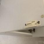 キッチンの吊り戸はロック付き。地震などで勝手に開かないようになっています(キッチン)