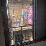 2階和室の窓を開けた様子。道をはさんでお隣とわりと近めです。