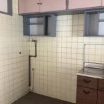 洗濯機と冷蔵庫置き場はキッチンの横です。床に排水口があります。
