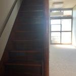 玄関前にある立派な階段。猫さんがのぼりおりする様子が想い浮かびます。