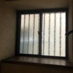階段途中の窓台。猫さんがいそう。
