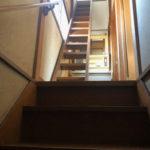 まるで猫さん用階段が!サービスルームへつながる細めの階段があります。