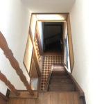 サービスルームから階段を見る