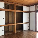 8畳の居間には大容量の収納あります。(居間)