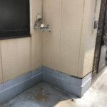洗濯機置き場は玄関横の屋外のバルコニーです