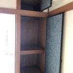 和室の収納です。上段にハンガーポールが付いています