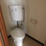 トイレ。扉にはガラリが付いていて換気しやすいです。
