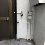 洗濯機置き場は玄関の左側、屋外です