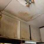 台所天井に気になるシミがありました