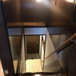 2階から階段を見た様子。扉あります。