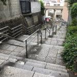 田端駅もよりの出口からは階段をのぼります
