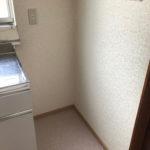 冷蔵庫置き場の上に階段があるため、冷蔵庫を置くなら一人暮らし用サイズを。(キッチン)