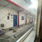LDKの窓から見える様子 隣の同じ系列のアパートの出入口が見えます