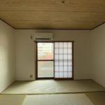 和室。障子をあけてバルコニーを見る