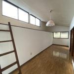 2階洋室。左側にハシゴでのぼるロフトあり
