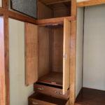 2階和室(階段側)の収納。ひきだしなどあります。