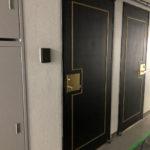 玄関扉。工事のため、床にシートが敷いてありました