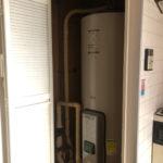 電気温水器がキッチンの横に収納されています