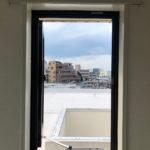 洋室、小さい窓からの景色