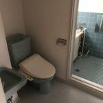 トイレと洗面台。奥に浴室。