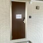 玄関扉。階段キワ注意です。