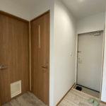 キッチンと洗面台への扉にペットドア
