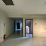 玄関までの廊下。ひろびろしています。