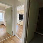 玄関から洋室、DK、洗面台を見た様子