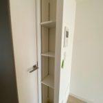 洋室の扉そばの細い収納。可動棚です。